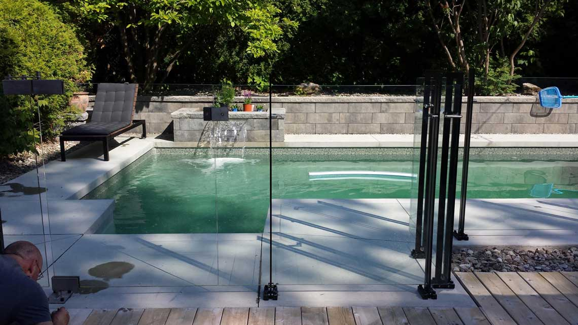 Clôture de piscine en verre et métal