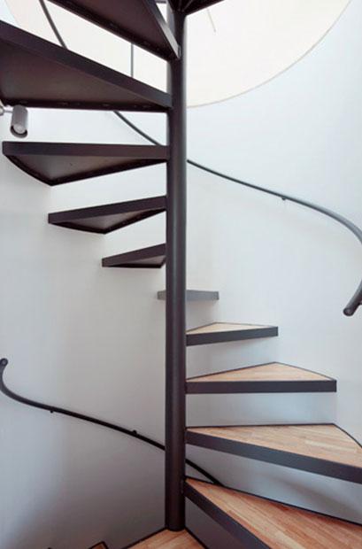 Escalier en colimaçon en métal et bois