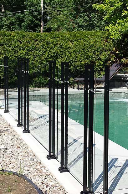 Clôture de piscine au design contemporain