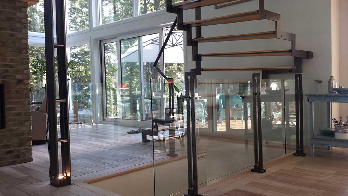 Escalier balancé en métal et bois